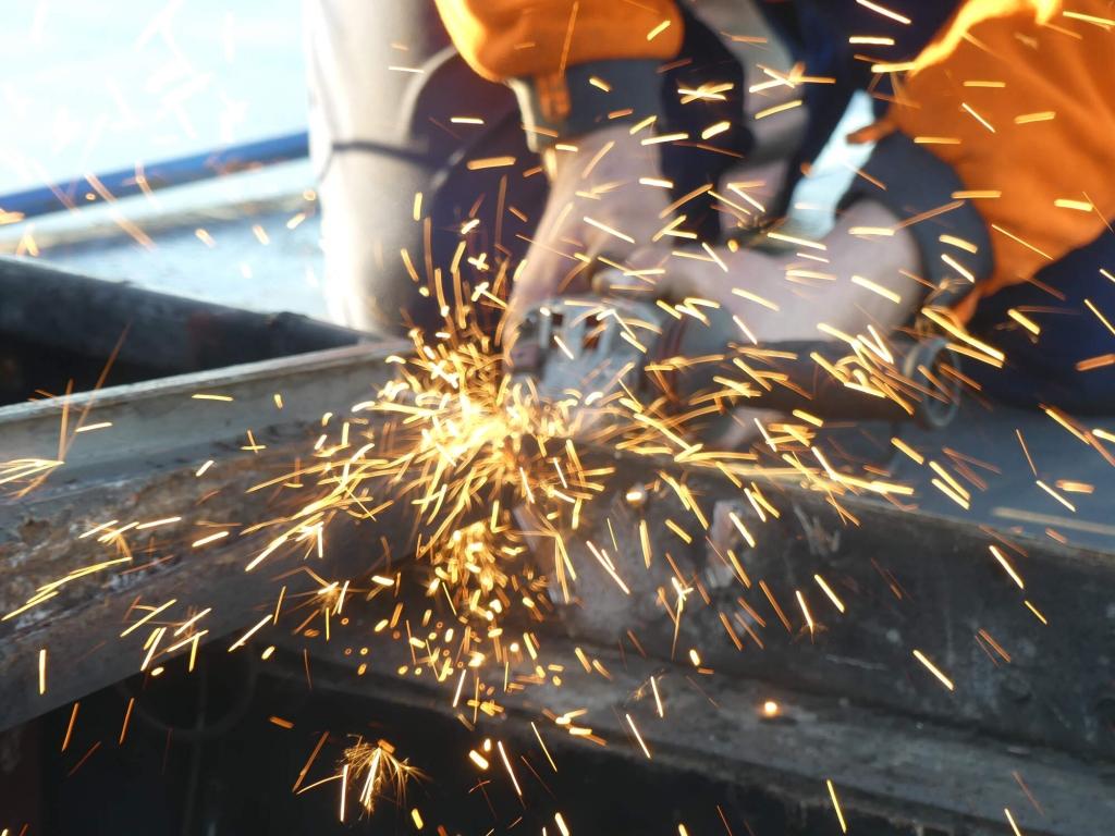 Technicien volvo penta scie metallique